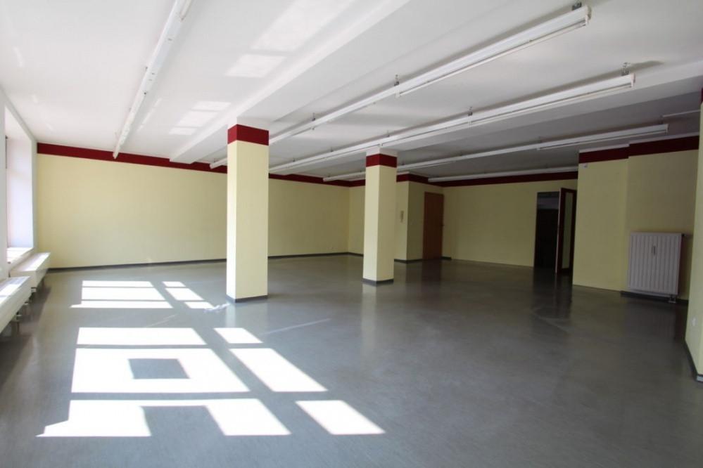 Ladenfl che mit grossem schaufenster sucht neuen mieter for Raumgestaltung plauen